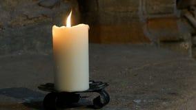 Vita stearinljusbrännskador och ställningar för stort vax i en gammal ljusstake i en gammal medeltida kyrka i Tyskland stock video