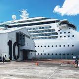 Vita Stillahavs- kryssningeyeliner p? skeppsdockan i den Auckland hamnen royaltyfri foto