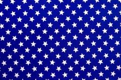 Vita stjärnor på en blå bakgrund arkivfoton