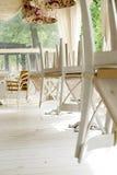 Vita stolar på tabeller som är uppochnervända på gatakafésommar, terrasserar Arkivbild