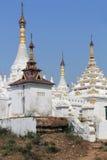 Vita Stupas på Mahar Aung Mye Bon San Monastery Arkivbild