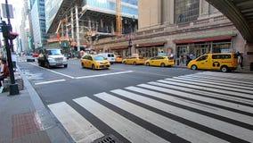 Vita sulla via nelle prime ore del mattino -2 di New York quarantaduesima stock footage