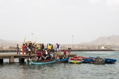 Vita sulle vie di Mindelo Pescatori con un fermo e venditori Fotografie Stock Libere da Diritti