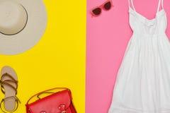Vita sundress, röd handväska, bruntskor och solglasögon brigham royaltyfri foto