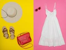 Vita sundress, röd handväska, bruntskor och solglasögon brigham arkivbilder