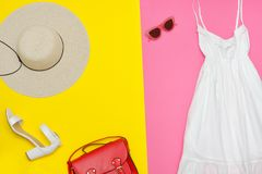 Vita sundress, röd handväska, vitskor och solglasögon brigham royaltyfri fotografi