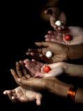 vita svarta händer Arkivbild