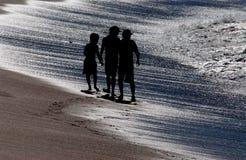 vita systrar för strandbarnklänning Arkivbilder