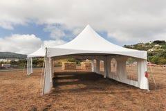 Vita tält i ett torrt fält utomhus Royaltyfri Bild