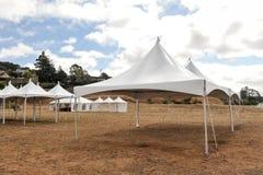 Vita tält i ett torrt fält utomhus Arkivfoton