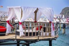 Vita tält på pir in i havet Royaltyfri Bild