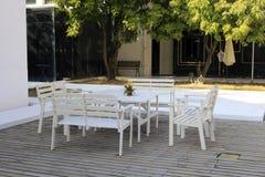 Vita tabell och stolar Fotografering för Bildbyråer