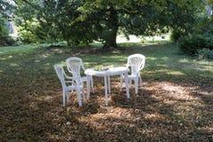 Vita tabell och stolar Royaltyfri Bild