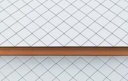 Vita taktegelplattor med trä arkivbilder