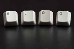 Vita tangentbordtangenter för blogg på svart Arkivbild