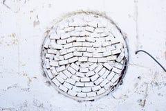 Vita tegelstenar i en cirkel - vägg Arkivbild