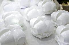 Vita tekoppar och tefat arkivbild