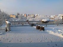 Vita terrassbalustrader i vinterintelligenssnö royaltyfri bild