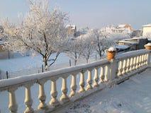 Vita terrassbalustrader i vinterintelligenssnö Arkivfoton