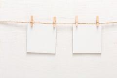 Vita tomma kort på repet, kopieringsutrymme Royaltyfria Foton