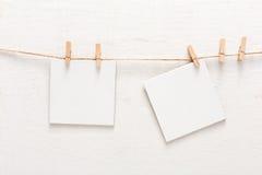Vita tomma kort på repet, kopieringsutrymme Royaltyfria Bilder