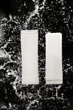 Vita tomma schampo- och hårbalsamflaskor arkivfoton