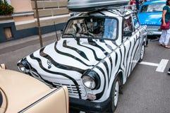 Vita Trabant 601 med svartband på den lokala veteranbilshowen Royaltyfri Bild
