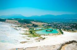 Vita travertinetips och terrasser, turkossjö, Pamukkale, royaltyfria foton