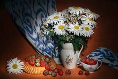 Vita tusenskönor, gypsophila, jordgubbar som medföljs av uzbekiskt bröd, och adrass Royaltyfri Foto