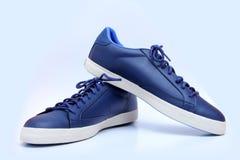 Vita unisex- skor för blått och - gymnastikskor Arkivfoto