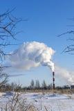 Vita utsläpp till atmosfär från kraftverklampglaset royaltyfria foton