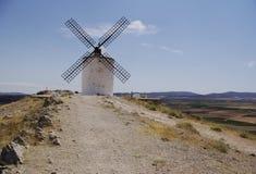 Vita väderkvarnar i La Mancha, nära Consuegra, Spanien royaltyfria bilder