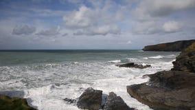 Vita vågor som bryter på, vaggar byn för den Trebarwith trådCornwall England UK kusten mellan Tintagel och den portIsaac pannan lager videofilmer