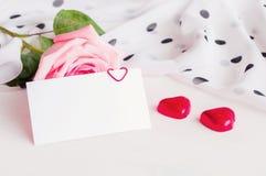 vita valentiner för st för bakgrundsdaghjärta , Steg mellanrumsförälskelsekortet och två hjärta formade godisar Arkivfoton