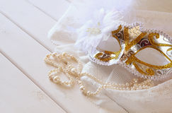 Vita venetian maskering och pärlor för tappning på toilettetabellen Royaltyfri Foto