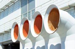 Vita ventilationsrör av det betingande systemet för luft royaltyfri bild