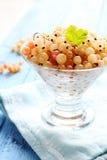 Vita vinbär i en glass vas Arkivfoto