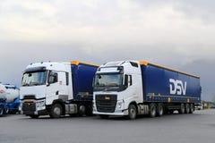 Vita Volvo FH och Renault Trucks T på en gård arkivbild