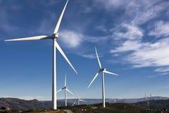 Vita windturbiner Royaltyfri Foto