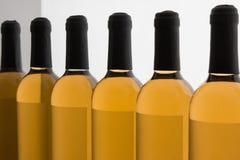 Vita Wine& x27; s-flaskor i linje Royaltyfria Bilder