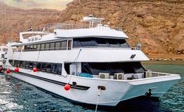 Vita yachter Egypten för Sinai bergRöda havet royaltyfria foton