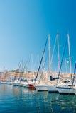 Vita yachter förtöjas på stadspir, bryggan, port i Marseille, Royaltyfri Bild