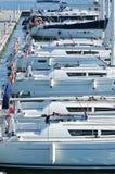 Vita yachter förtöjde i rad i hamnen fotografering för bildbyråer