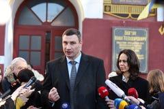 Vitali Klitschko parlant au journaliste après vote à Kiev, Uktr Photographie stock libre de droits