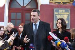 Vitali Klitschko parlant au journaliste après vote à Kiev, Uktr Images stock