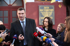 Vitali Klitschko que tallking ao journalista após o voto em Kiev, Uktr foto de stock royalty free