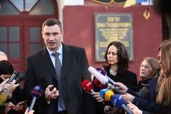 Vitali Klitschko tallking al periodista después de voto en Kiev, Uktr foto de archivo libre de regalías