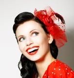 Vitalidad. Mujer joven alegre con el goce rojo del arco. Placer Foto de archivo libre de regalías