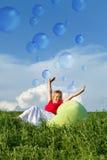 Vitalidad que burbujea - mujer en prado de la primavera fotos de archivo