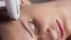 Vitaliseringtillvägagångssätt Vakuummassage för ansiktsbehandling LPG i skönhetsalong arkivfilmer